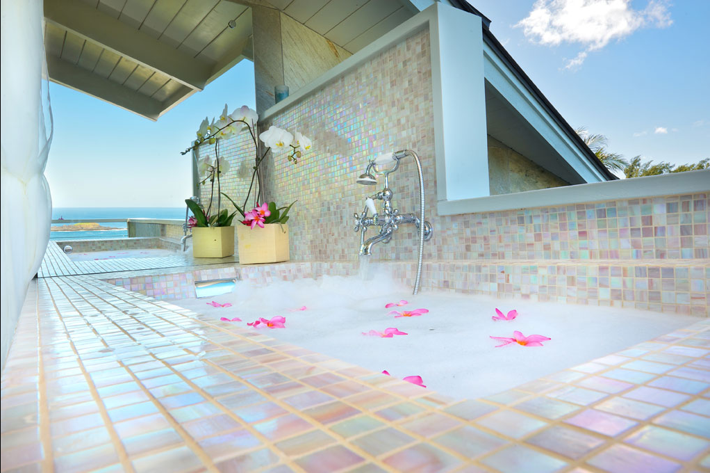 p_71-Princeville-Vacations.SecretBeachHale.outdoor.tub.oceanview