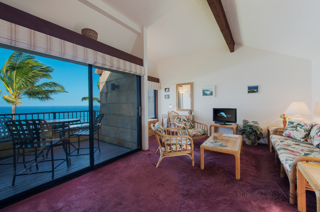 Princeville-Vacations.Sealodge.oceanfront.livingroom.lanai.Hawaii